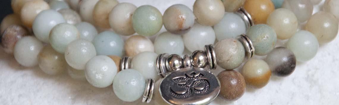Gamme de bijoux porte bonheur, fil rouge, bracelets en pierres